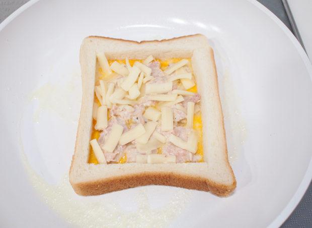 たまごとツナとチーズを乗せる