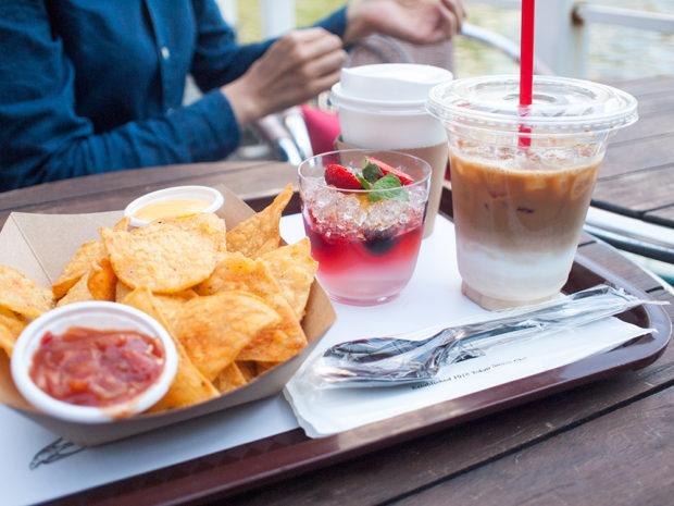 川辺のカフェでお茶