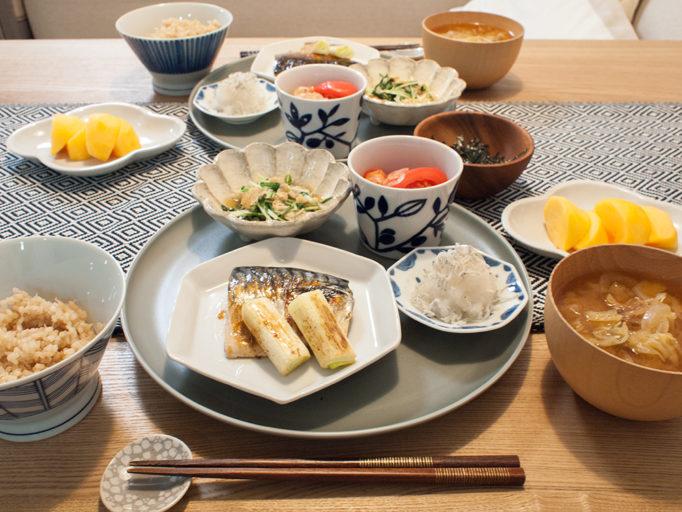 焼き魚の晩ごはん 配膳