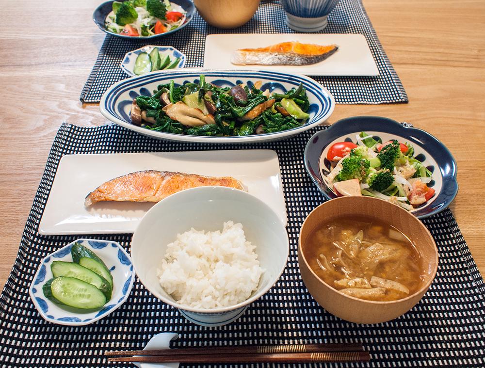 焼き鮭とほうれん草の炒め物、サラダ、ごはん、みそ汁の献立