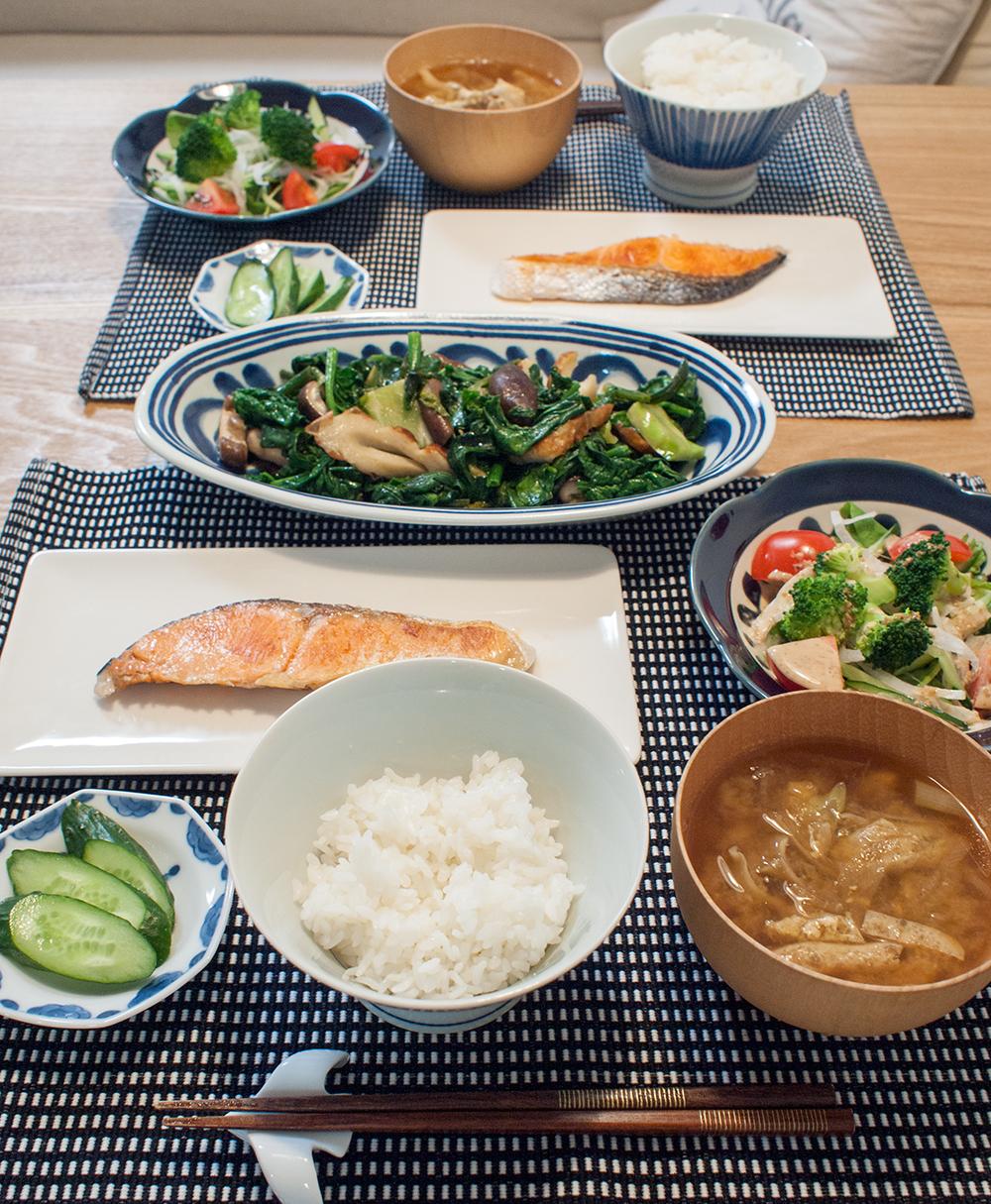 焼き鮭とほうれん草炒めがメインの食卓