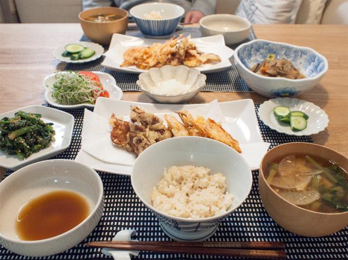 天ぷらをメインとした晩ご飯の食卓