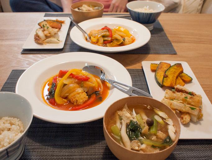 鶏団子のトマト煮と味噌汁とフライド大根が並ぶ食卓