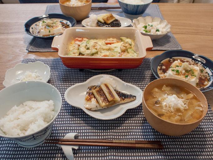 魚とチーズ焼きとごはん、味噌汁、お豆腐料理の食卓
