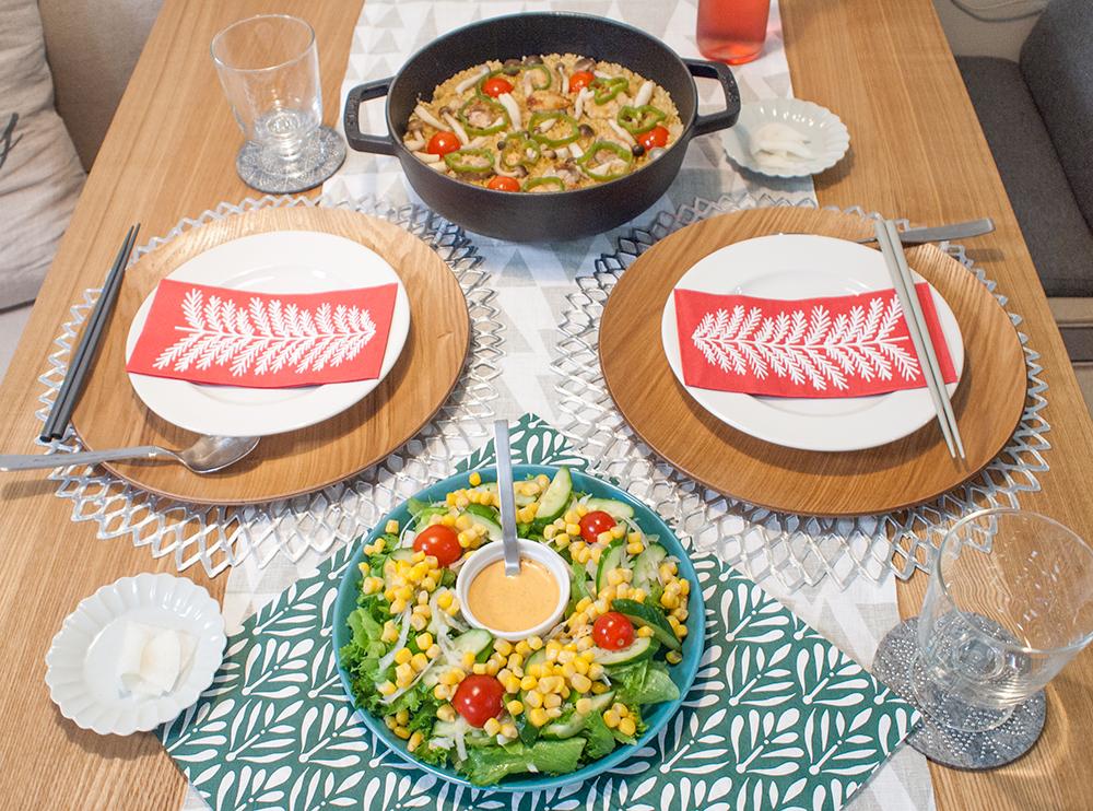 パエリアとサラダの食卓クリスマス