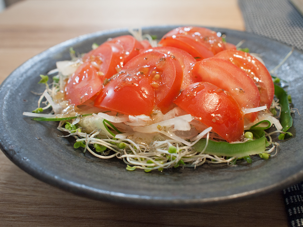トマトとブロッコリースプラウトのサラダ