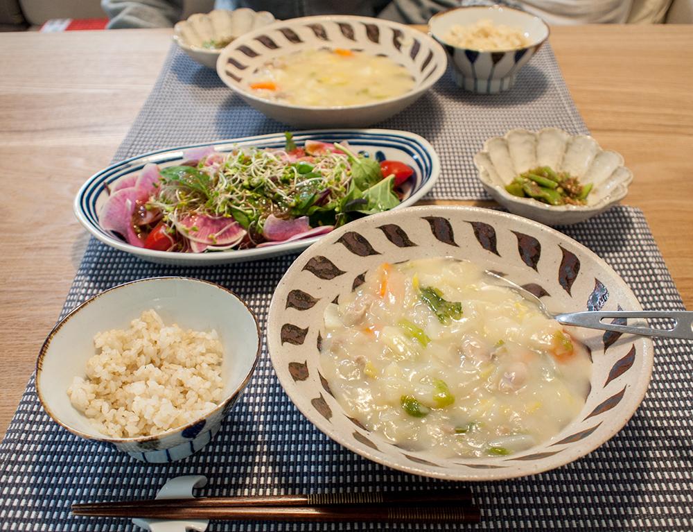 白菜のシチューとサラダの食卓