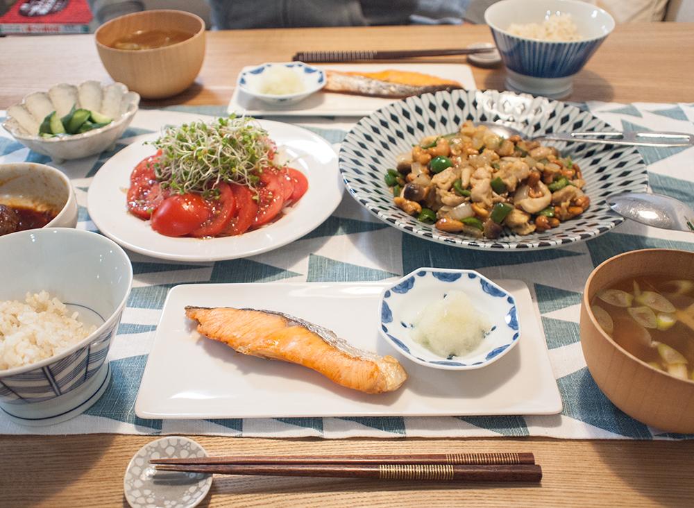 鮭の塩焼きとトマトサラダと鶏とカシューナッツ炒め