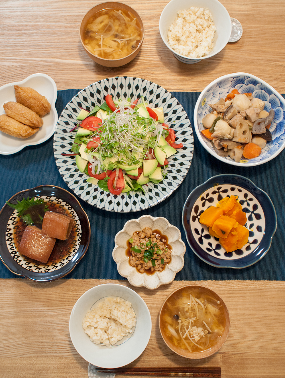 サラダと煮物などの食卓