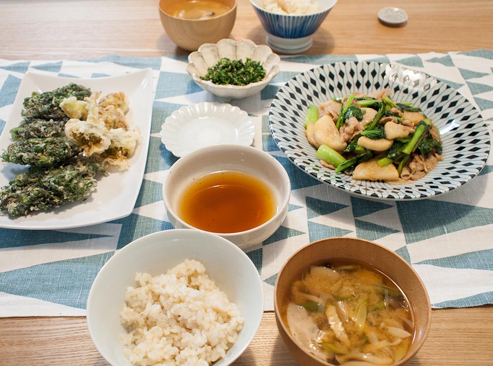 ふきのとうとナズナの天ぷらがメインの食卓