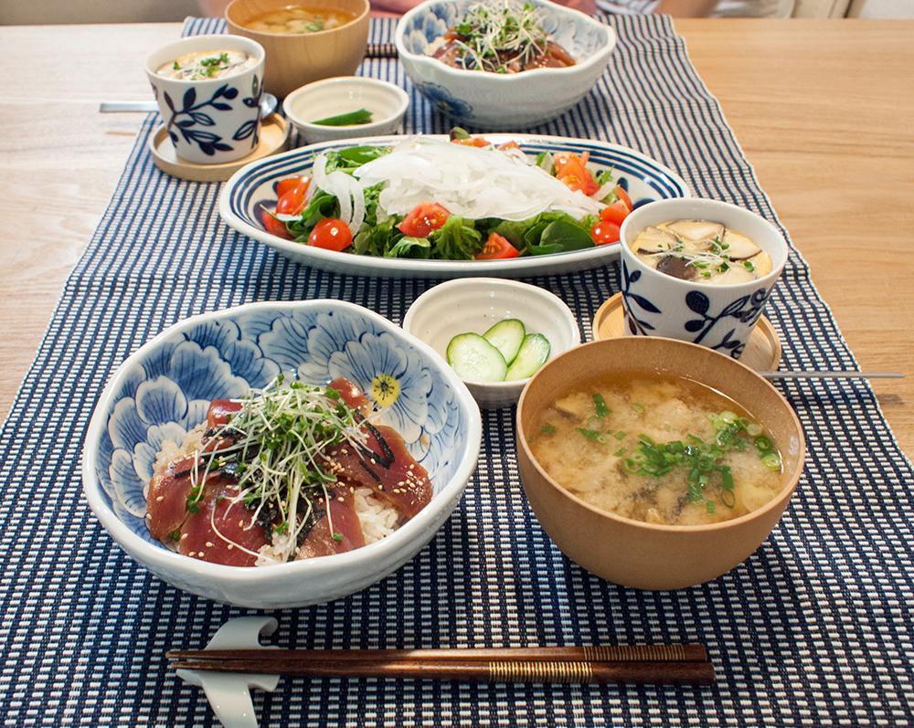 鉄火丼と茶碗蒸しとお味噌汁とサラダ
