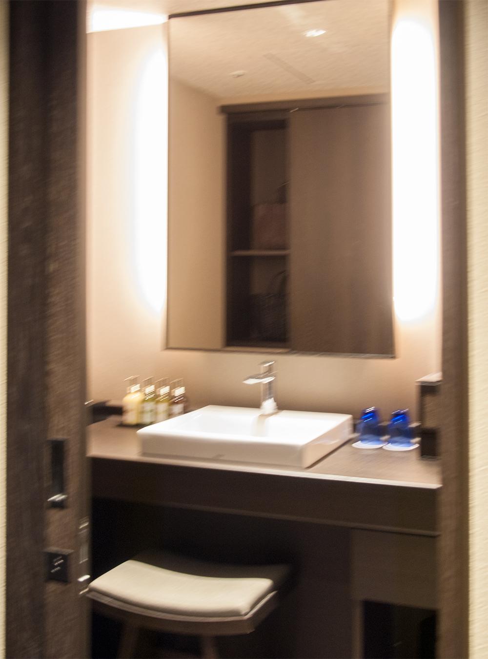 天悠 標準客室の洗面所