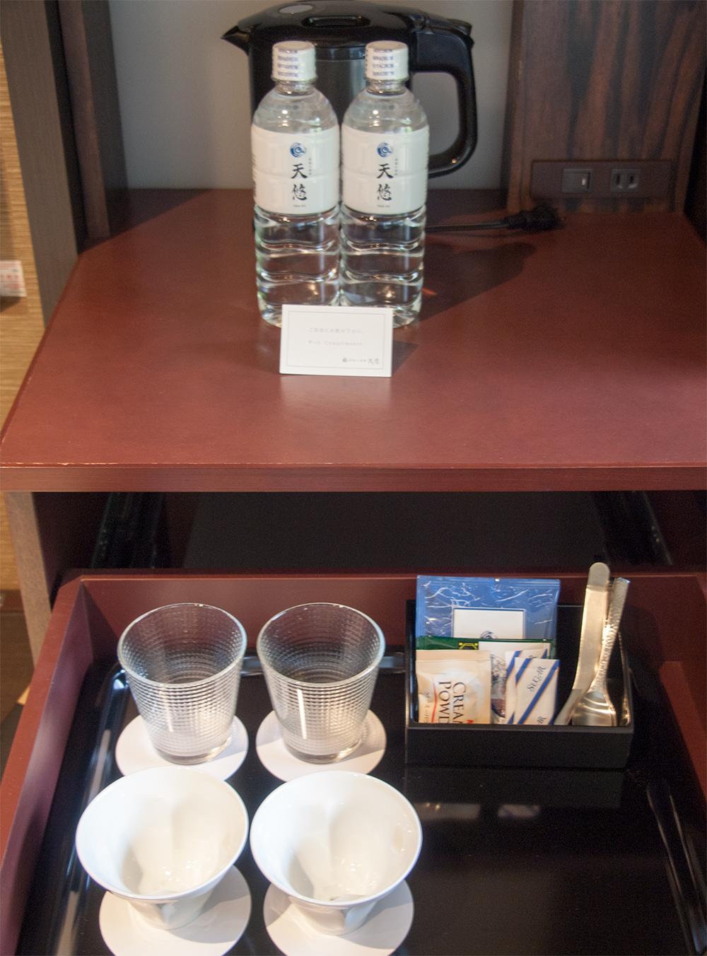 温泉宿 ミネラルウォーターとお茶セット