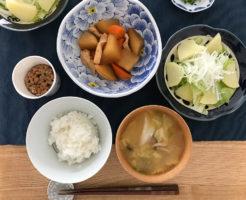 煮物とサラダとご飯と味噌汁
