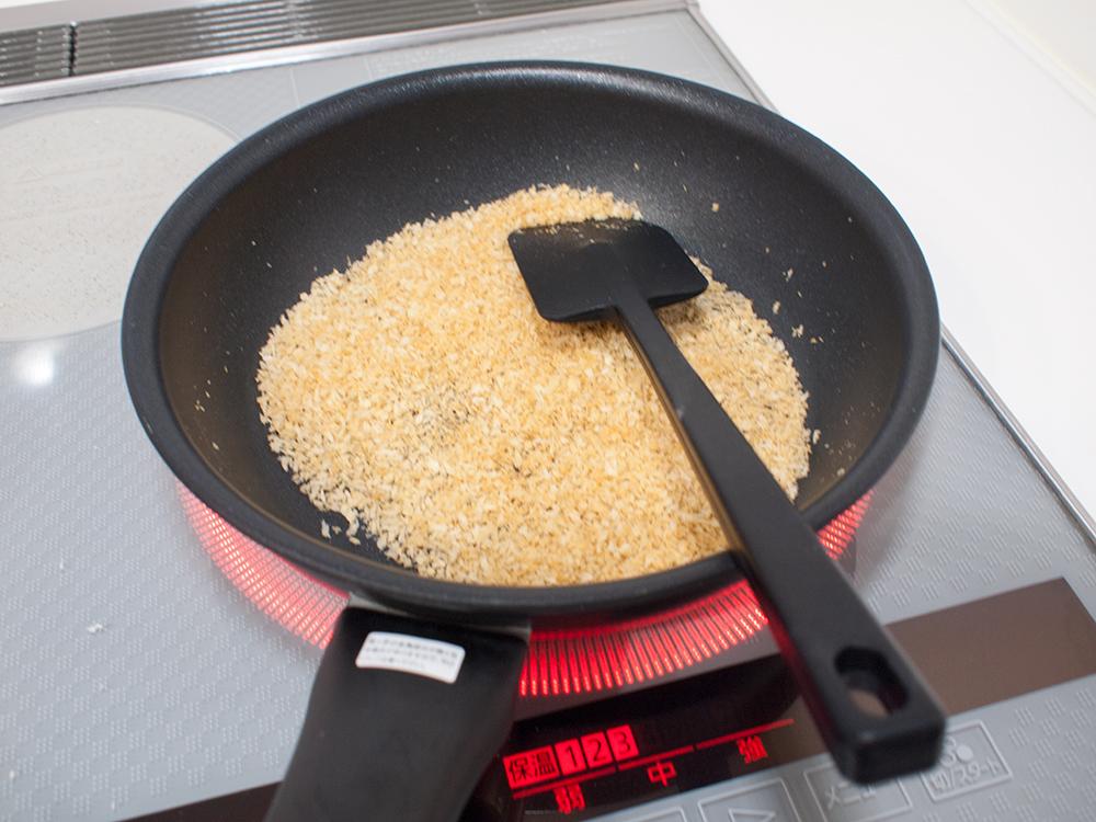 パン粉をフライパンで炒めてるところ