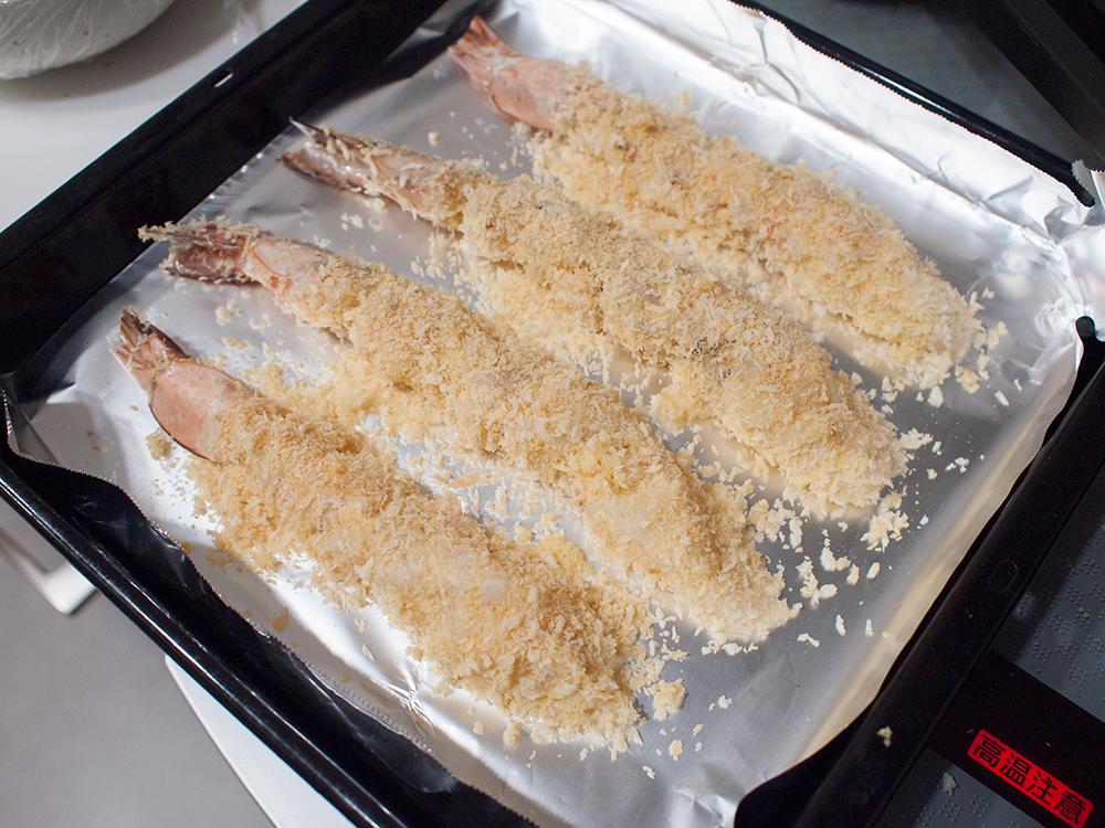 海老にパン粉をつけて焼く前