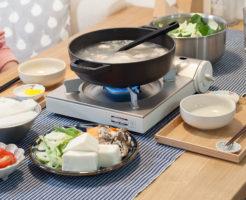 鍋を囲む食卓