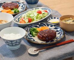 ハンバーグがメインの食卓風景