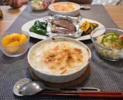 グラタンとステーキの食卓