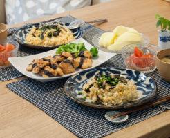 炒飯と鶏胸肉の磯辺焼きを並べた食卓