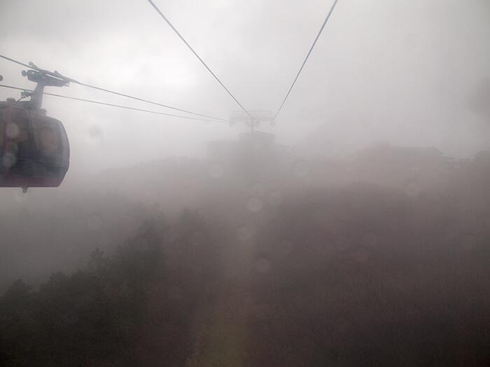 悪天候の中、箱根ロープウェイからの景色