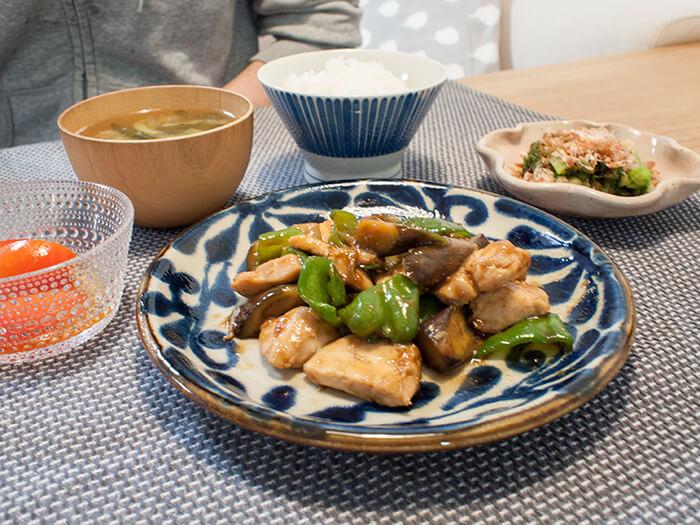 ナスとピーマンと鶏胸肉の中華炒めとロメインレタスのお浸し、ごはんとお味噌汁