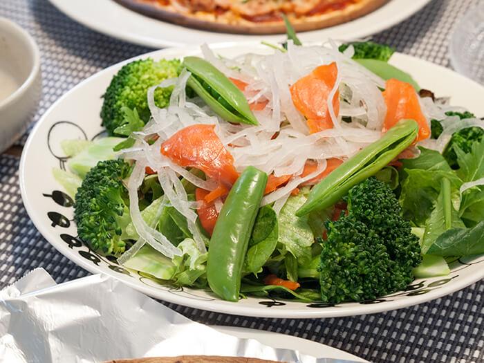 スモークサーモンんを乗せたグリーンサラダ
