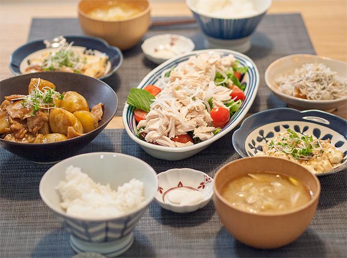 サラダと煮物と副菜2つの食卓風景
