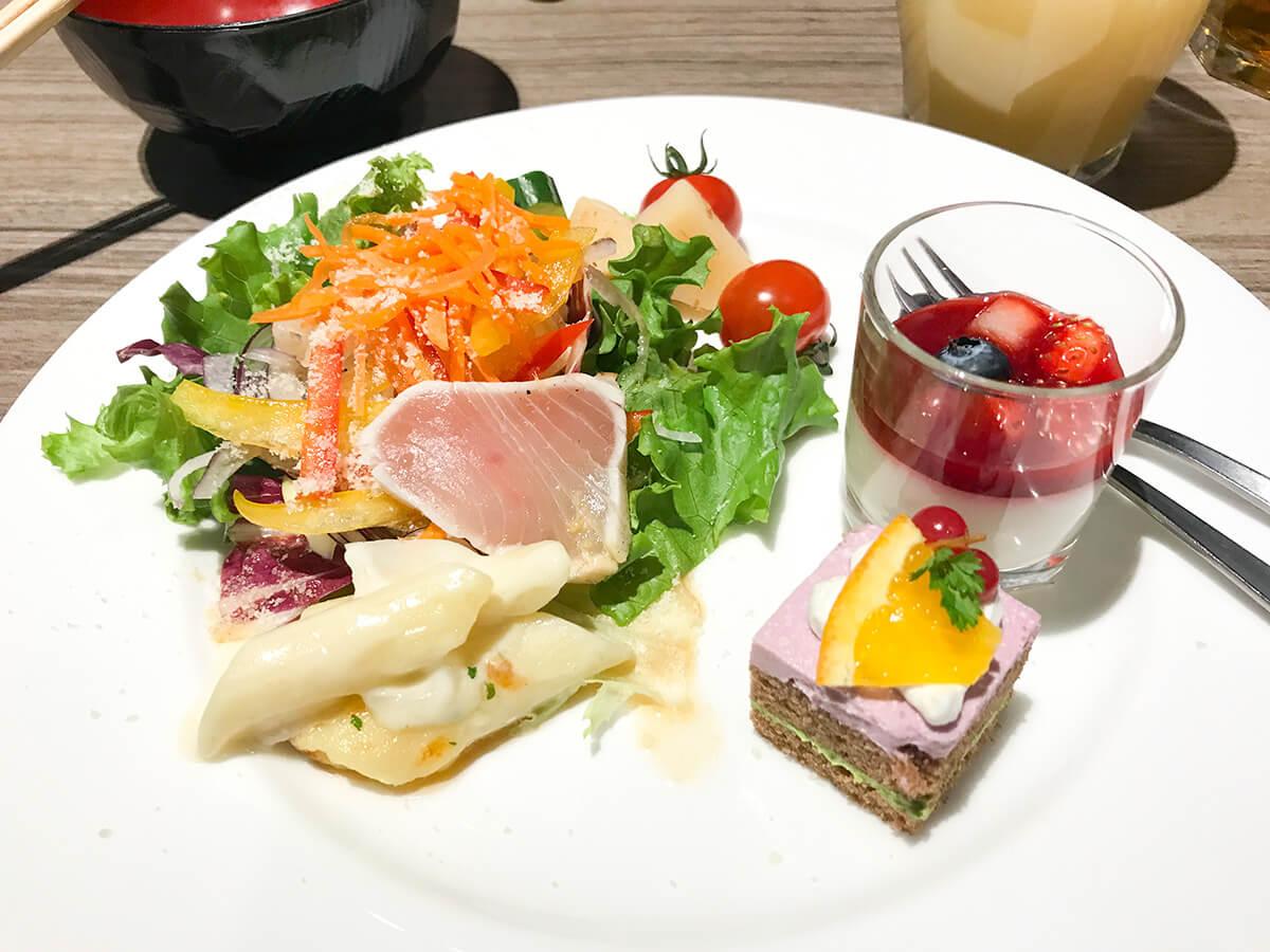 銀座ホテルブッフェ、Buffet & Cafe GINZA SAI ケーキとサラダ