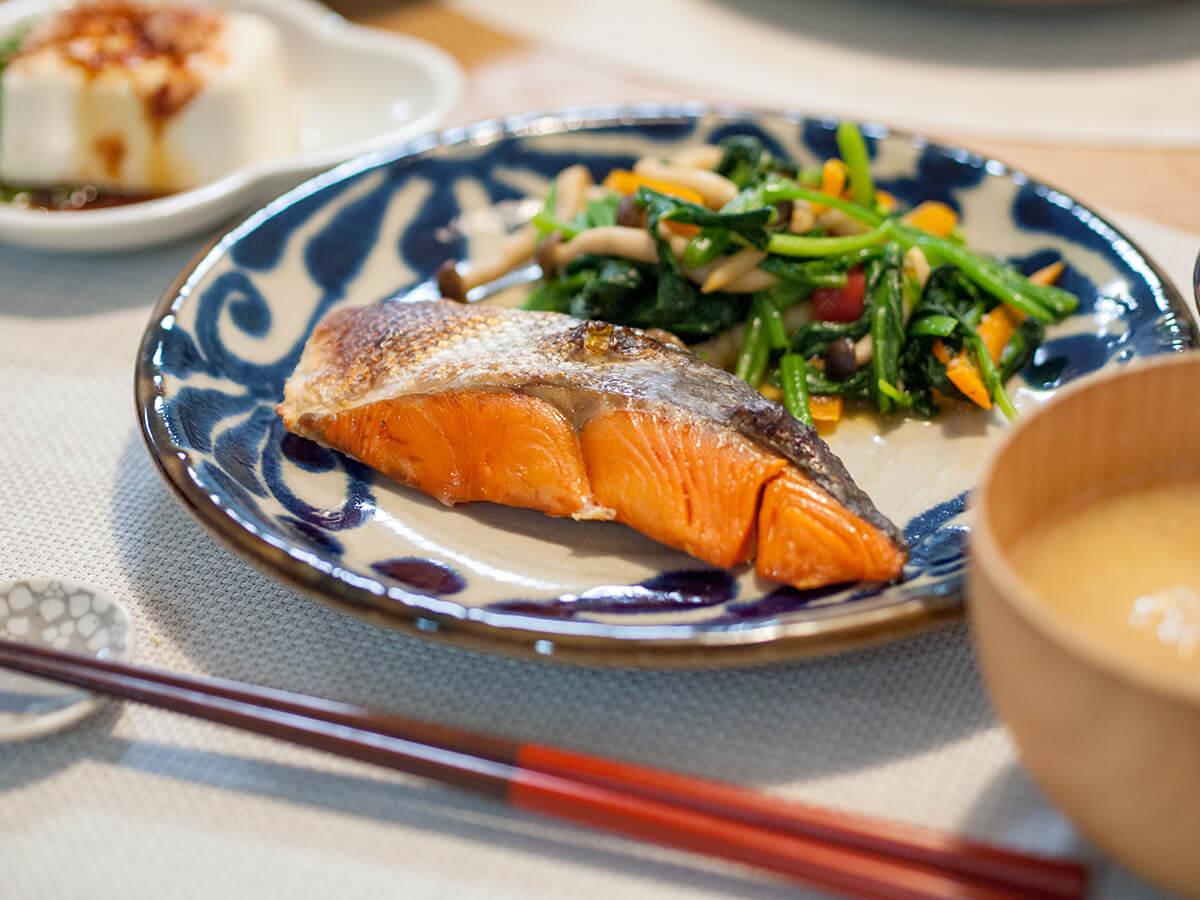紅鮭の塩焼きと小松菜の炒め物