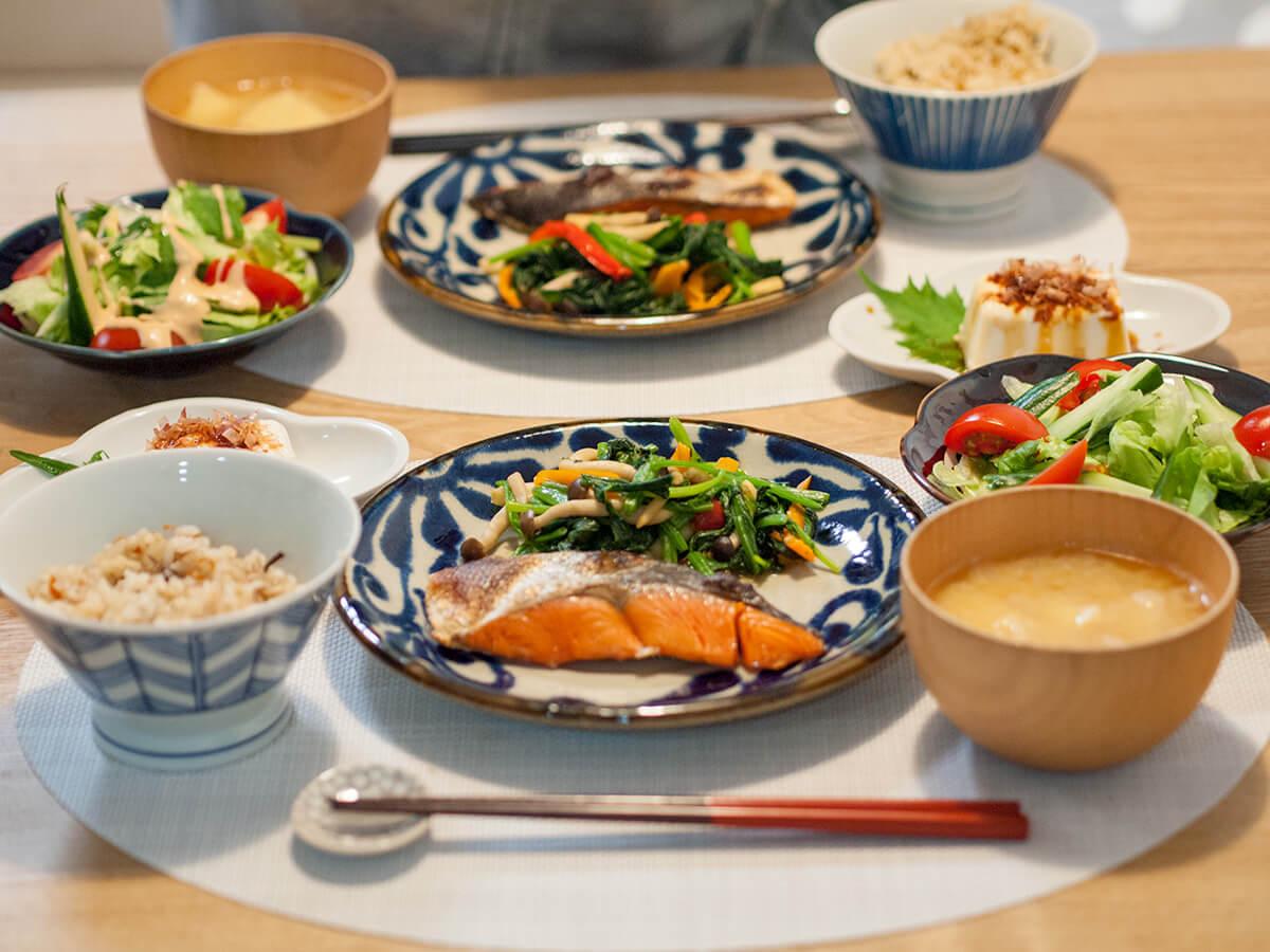 焼き鮭がメインの食卓風景