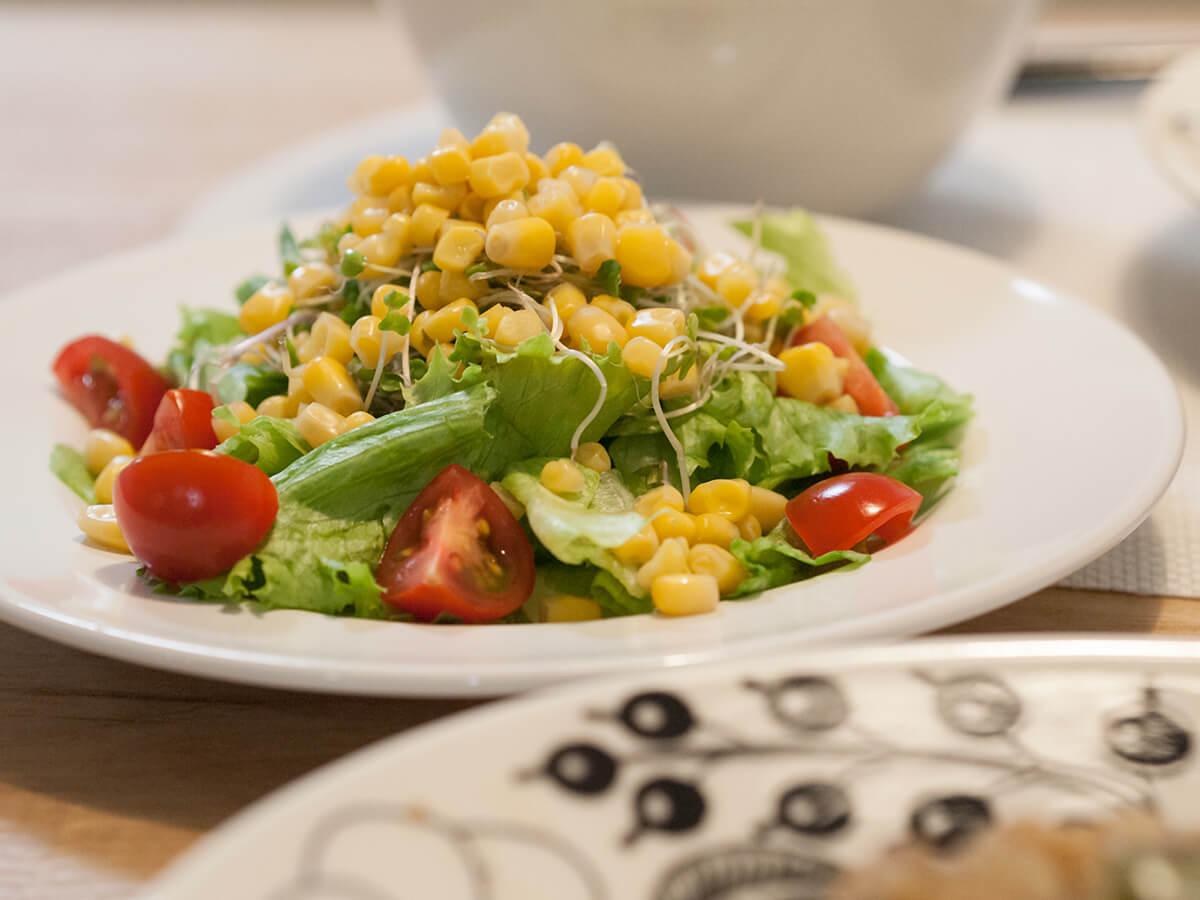 レタスとトマトとコーンのサラダ