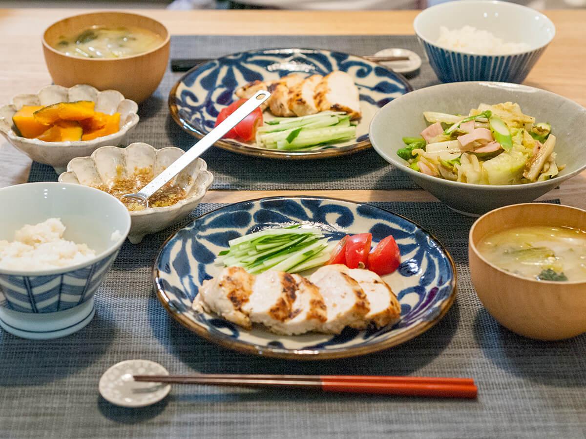 揚げない油淋鶏とロメインレタスの炒め物、かぼちゃの煮物、ご飯、お味噌汁が並んだ食卓
