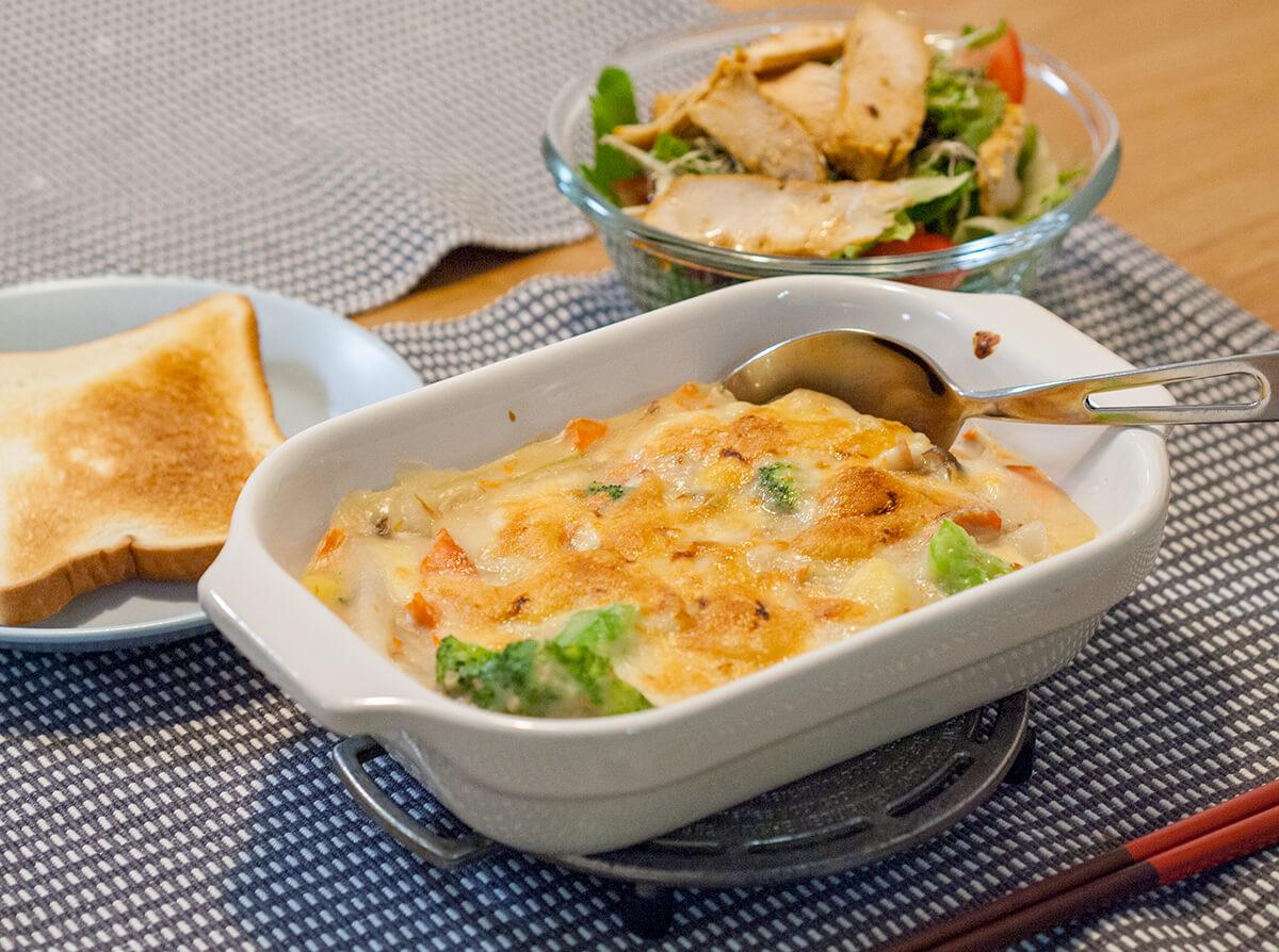 塩鮭とジャガイモ入りのグラタンとサラダとトースト