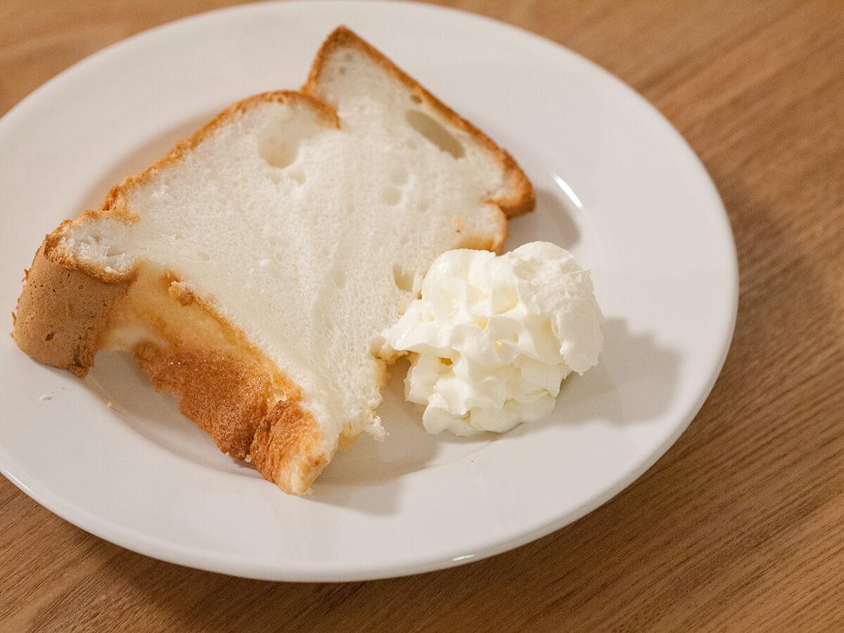 低脂質シフォンケーキと低脂肪ホイップクリームを盛り付けたところ