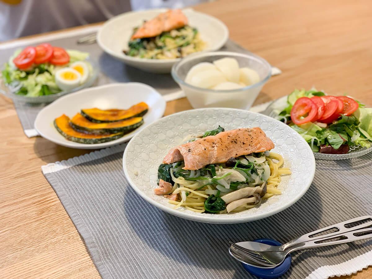 鮭とほうれん草のクリームパスタがメインの食卓