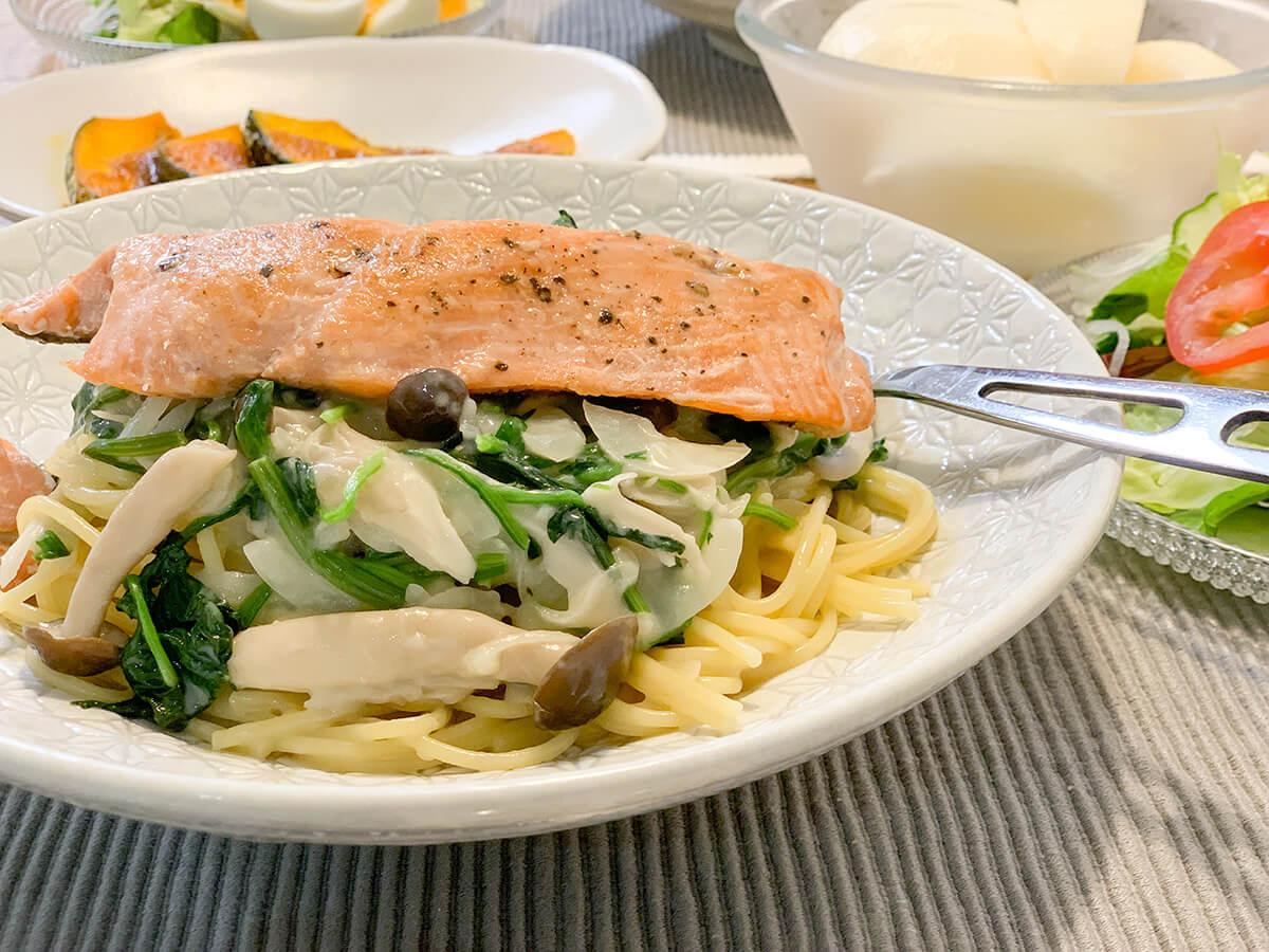 鮭とほうれん草のクリームパスタのアップ