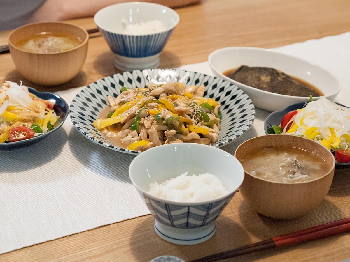 鶏胸肉の青椒肉絲と副菜が並ぶ食卓