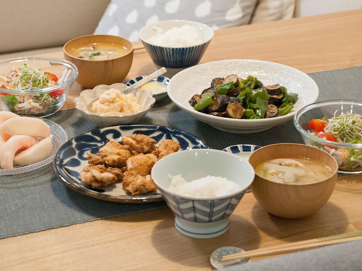 ナスとピーマンの味噌炒めととりの唐揚げがメインの食卓