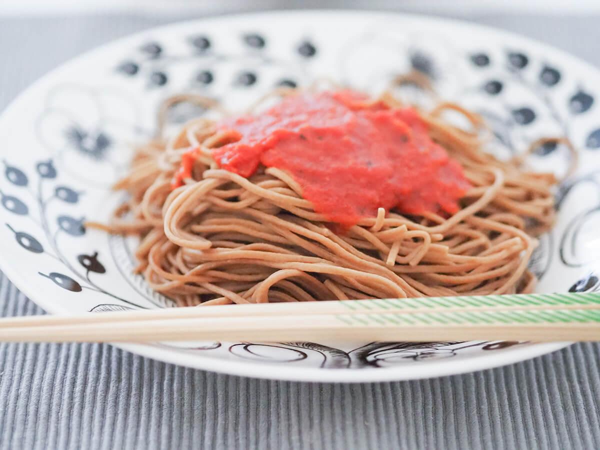 トマトソースをかけたベースヌードル