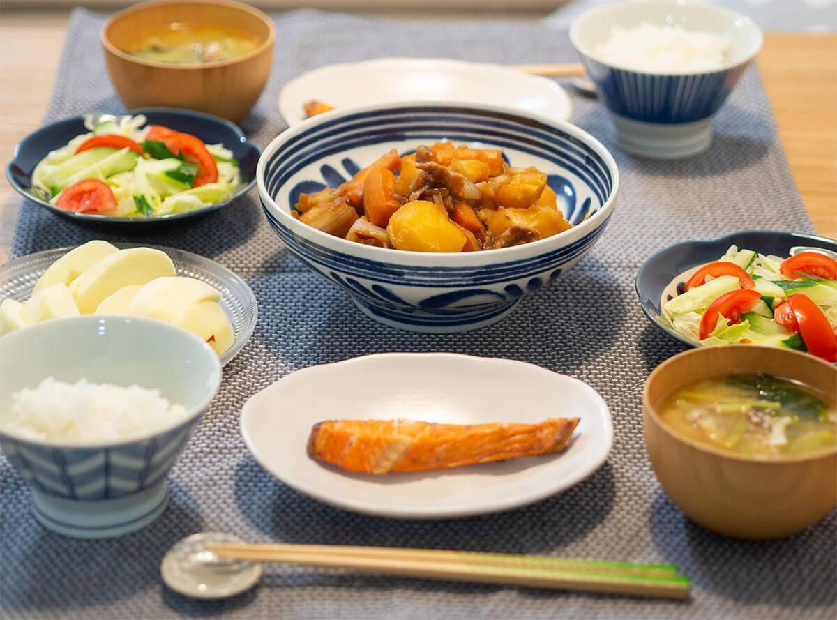 肉じゃがと焼き鮭の食卓