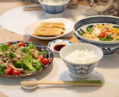 野菜炒めと春巻きがメインの食卓