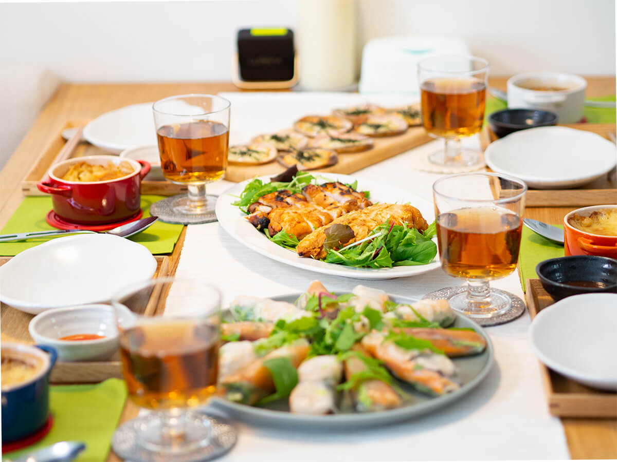 低脂質なホームパーティメニューが並ぶ食卓