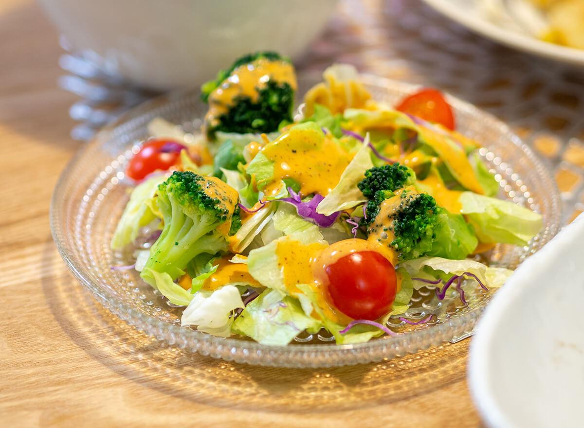 ブロッコリーとトマトとレタスのサラダ