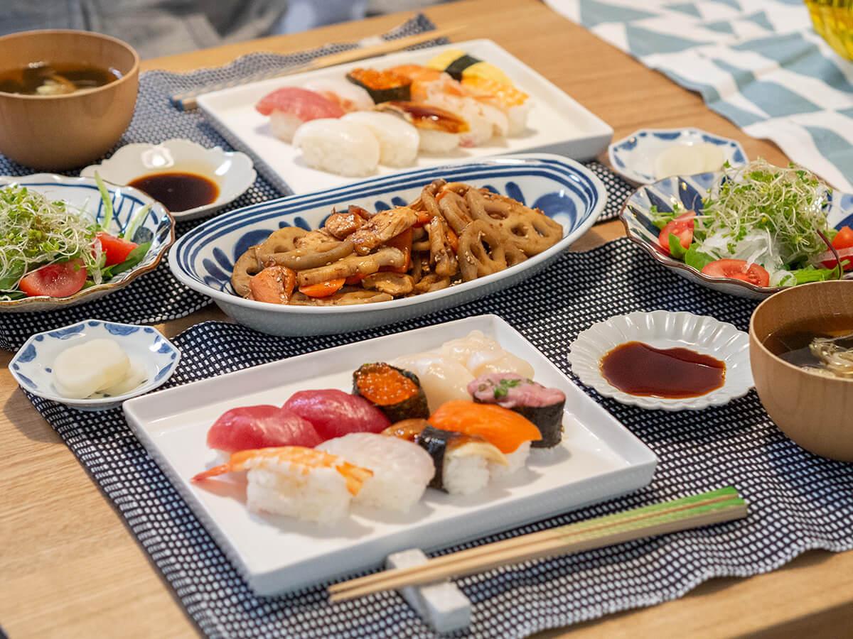 お寿司と炒め物を並べた食卓