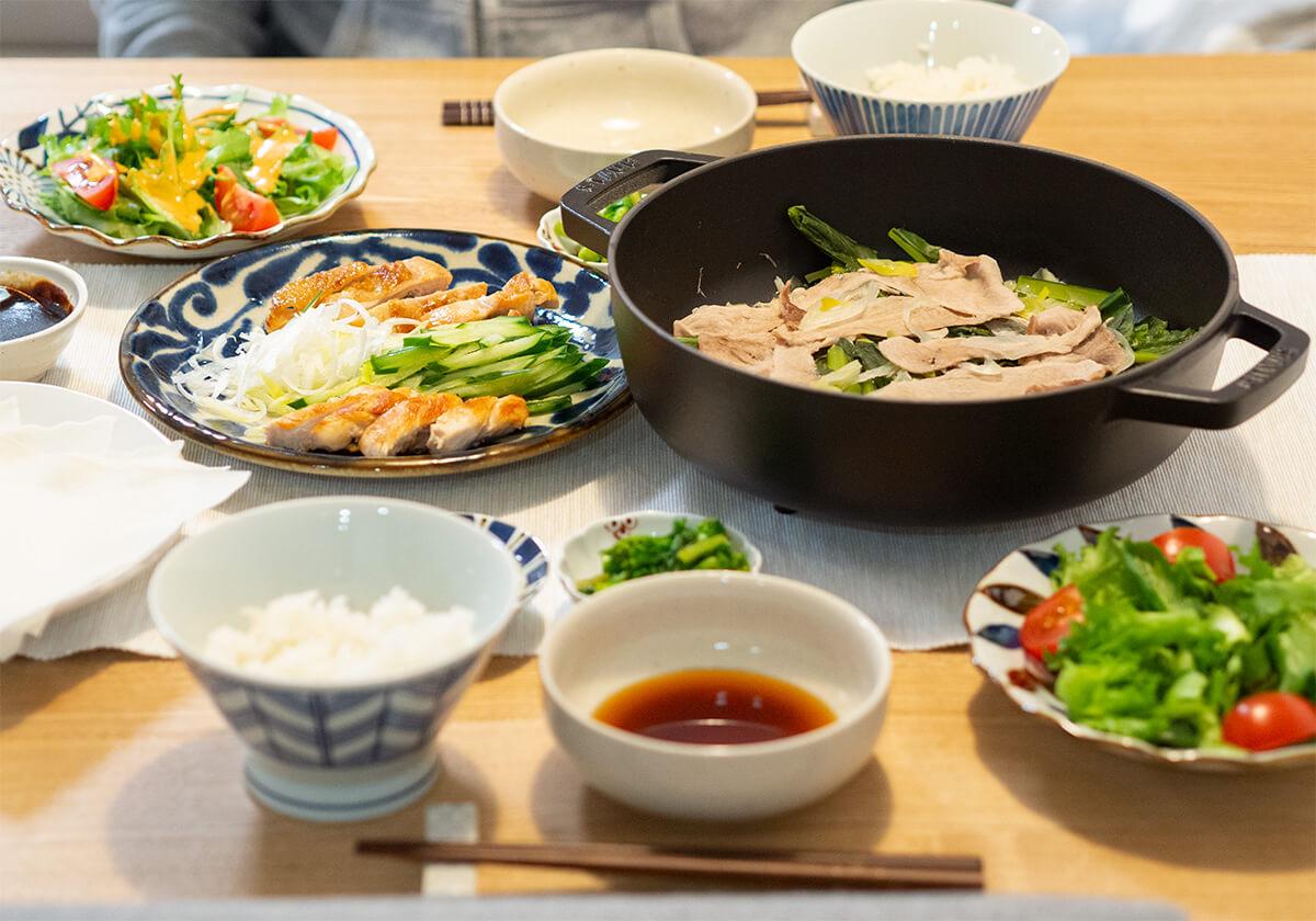 北京ダックと蒸し鍋が並ぶ食卓