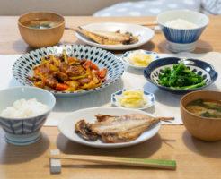 アジの干物と酢豚の食卓