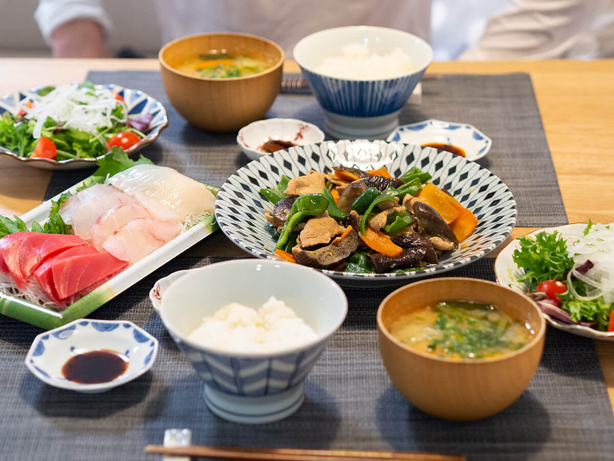 ナスとピーマンの味噌炒めがメインの食卓