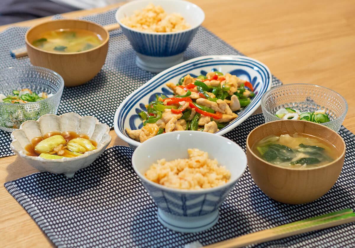 鶏胸肉とピーマンの炒め物がメインの食卓