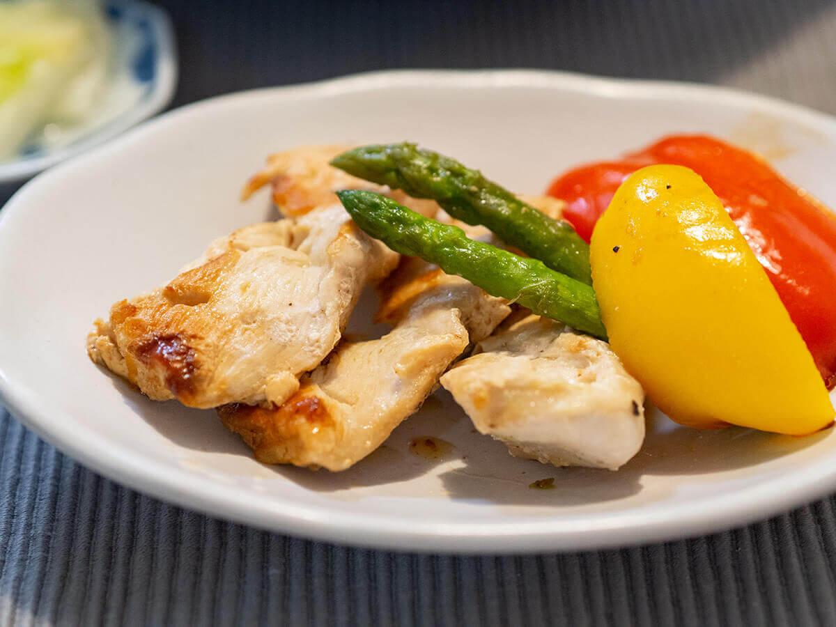 鶏胸肉と野菜のソテーを盛り付けたところ